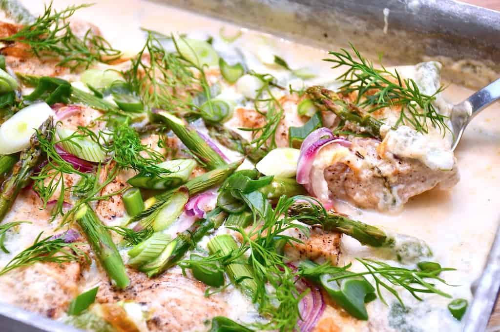 Der findes mange lækre opskrifter med asparges, og du kan blandt andet lave et lækkert fad i ovnen med kylling og de grønne asparges. Foto: Holger Rørby Madsen, Madensverden.dk.