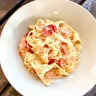 Denne opskrift på pasta med flødeost og bagte tomater kræver kun 5 ingredienser og 5 minutters arbejde i køkkenet. Spis den som den er eller som tilbehør til kylling eller fisk. Foto: Charlotte Mithril