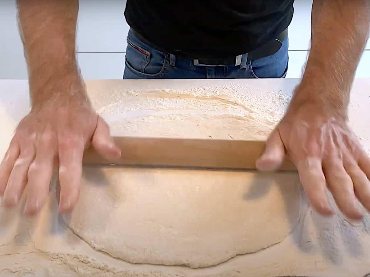 I denne video kan du se, hvordan du nemt ruller en pizza ud. Jeg giver dig også et par gode tips og tricks, så du får den perfekte pizza. Foto: Katrine Rørby Madsen, Madensverden.dk.