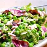 Salat med ærter og lækker mayodressing er en nem og skøn salat som tilbehør til mange retter. Ærtesalaten kan laves med friske eller frosne ærter. Foto: Holger Rørby Madsen, Madensverden.dk.