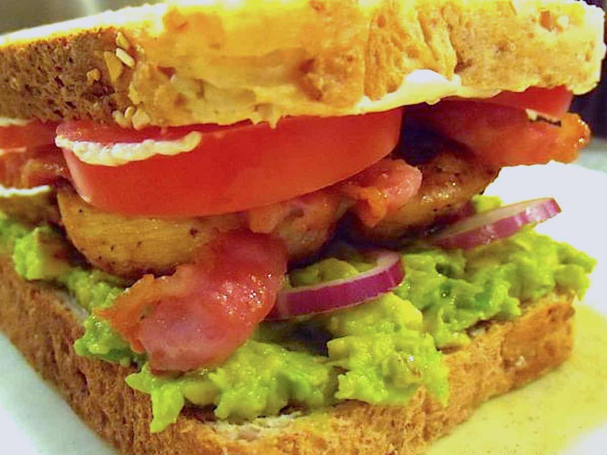 Sandwich med avocadomos og kylling er en nem og velsmagende sandwich, der også spices op med en skøn chipotle mayo. Foto: Newyorker By Heart, Madensverden.dk.