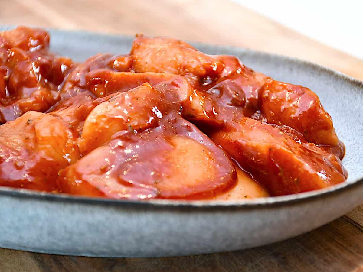 Slagterens røde marinade er en populær marinade til kød, og her har jeg brugt den til marineret kylling. Den er også god til svinekød. Foto: Katrine Rørby Madsen, Madensverden.dk.