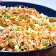 Sund og lækker spidskålsslaw, der laves med spidskål, gulerødder og en nem dressing med mayo. Foto: Holger Rørby Madsen, Madensverden.dk.