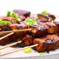 Lære og nemme spyd med gris, som du kan lave i ovn eller grill. Krydres med det kinesiske five spice krydderi. Foto: Holger Rørby Madsen, Madensverden.dk.