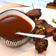 Sur-sød sauce er en klassisk sovs, som du blandt andet kan bruge til kylling, grøntsager, ris og som her til et spyd med svinekød. Saucen er utrolig nem at lave. Foto: Holger Rørby Madsen, Madensverden.dk.
