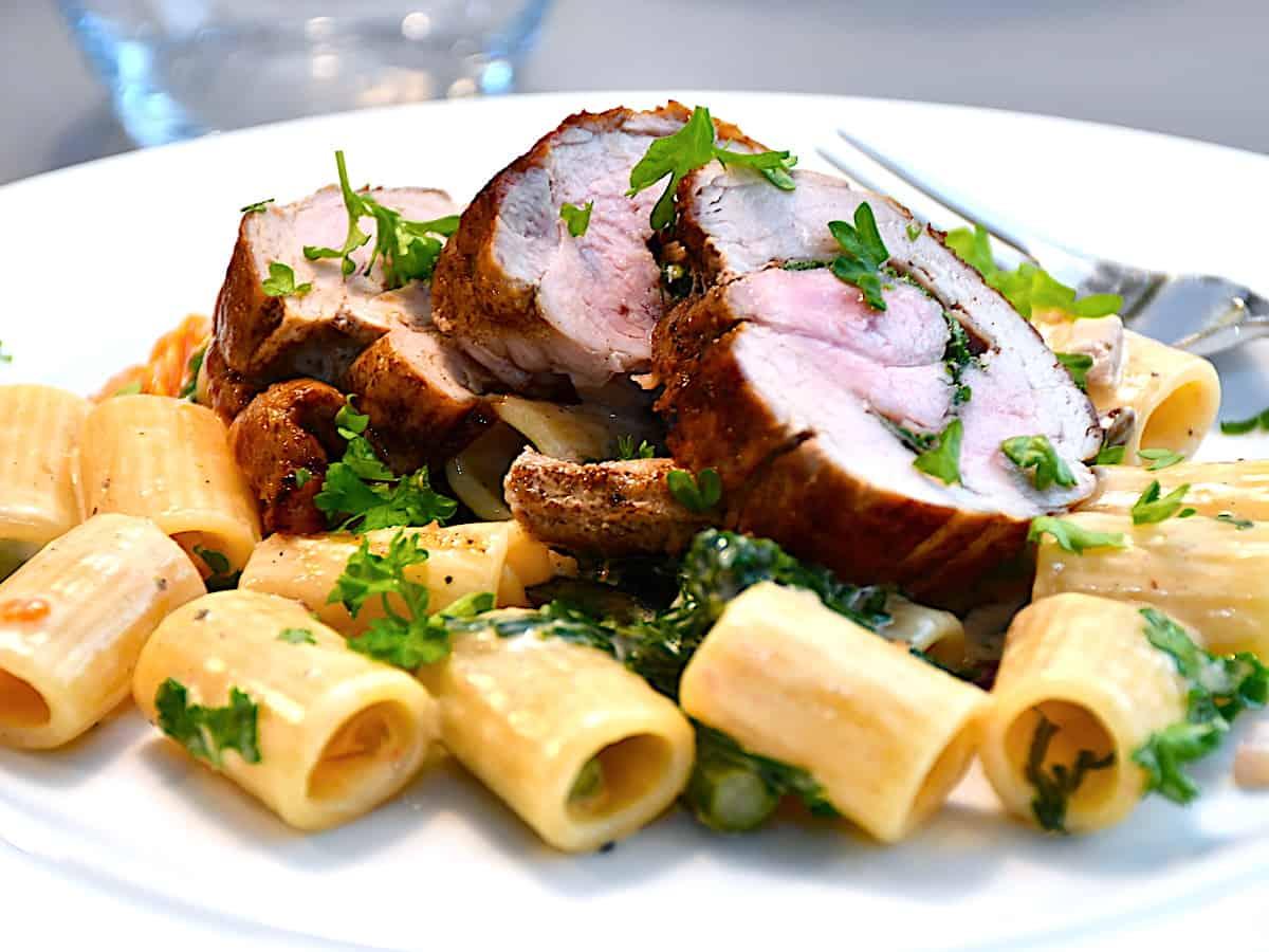 Svinemørbrad med pasta er en virkelig lækker og velsmagende pastaret med fyldt mørbrad. Retten er både nem og rimelig hurtig at lave. Foto: Holger Rørby Madsen, Madensverden.dk.