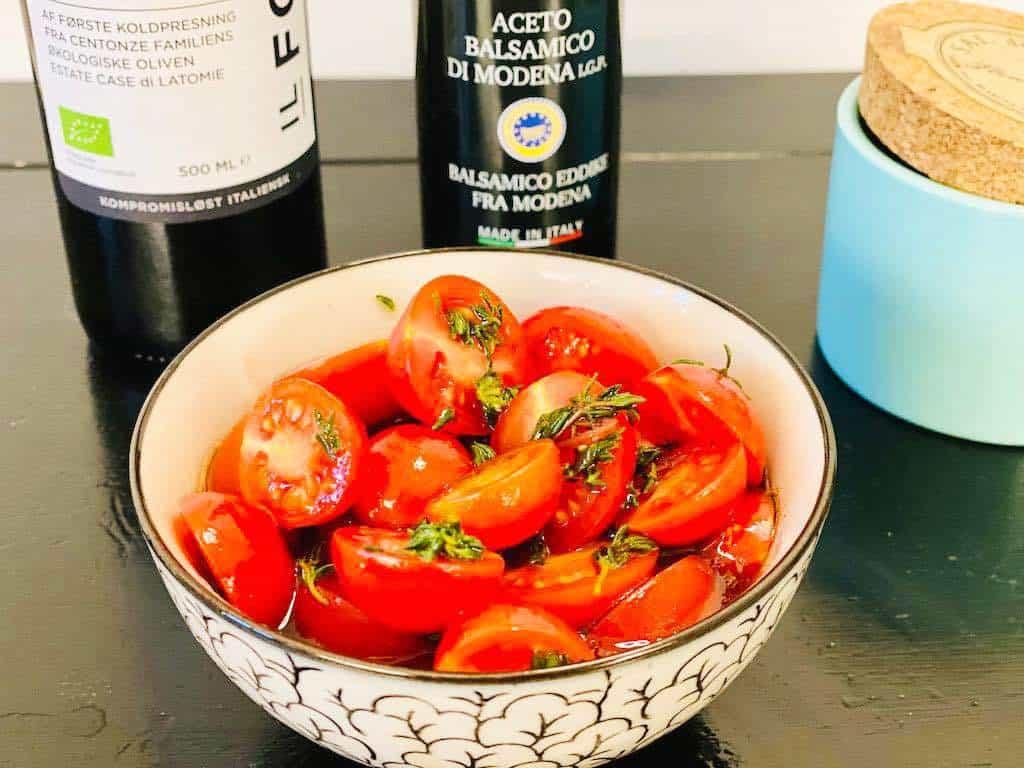 Tomater med balsamicodressing og friske krydderurter er verdens nemmeste tilbehør. Her er der tilsat frisk timian, men du kan også anvende basilikum eller andre urter. Foto: Charlotte Mithril