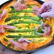 æggekage med asparges og skinke