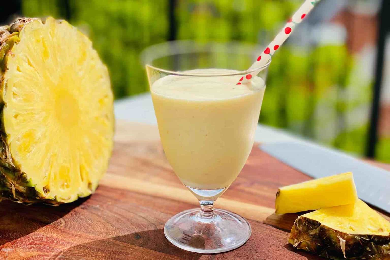Glas med ananas smoothie