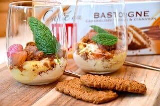 bastogne trifli med vaniljeis og rabarberkompot