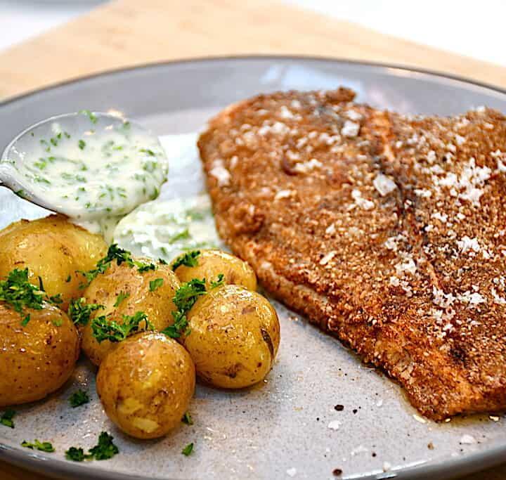 helstegt rødspætte med kartofler og persillesovs
