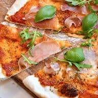 hjemmelavet pizza med tomat, mozzarella og skinke