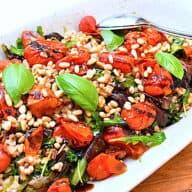 Italiensk speltsalat med bagte tomater og soltørrede tomater