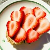 Jordbærmad på grovbolle