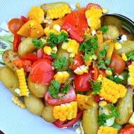 Kartoffelsalat med majs, grillede peberfrugter og spidskål