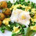 Ovnbagt torsk med ærter, spæd grønkål og blanquette