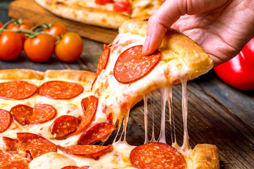 pepperoni pølse på pizza slice