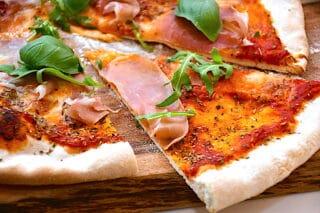 Der findes et utal af pizza opskrifter, og mens nogle foretrækker den tynde og sprøde pizza, er andre mere til de lidt tykkere pizzaer med mere fyld. Foto: Holger Rørby Madsen, Madensverden.dk.