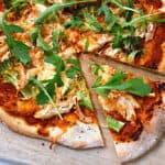 pizza med kylling og broccoli