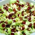 Rosenkålssalat med vindruer, tranebær og ristede mandler er en sund og lækker salat, som du kan servere som tilbehør til mange retter. Foto: Newyorker By Heart, Madensverden.dk.