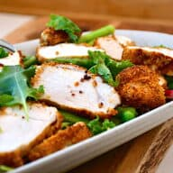 salat med paneret kylling