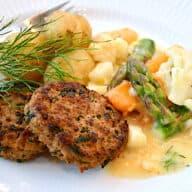 spinatkarbonader med stuvede grøntsager og nye kartofler