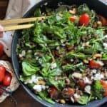 Spinatsalat med bacon og belugalinser