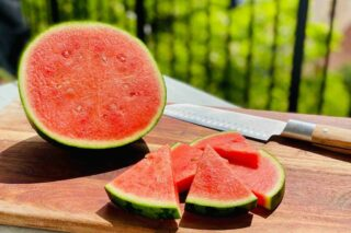 Vandmelon smager skønt, når den er saftig, sprød og moden. En metode til at tjekke om en vandmelon er moden er, hvis den har en hul lyd, når du banker på den. Foto: Charlotte Mithril