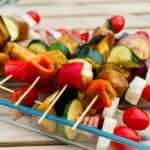 Vegetarisk grillspyd kan sagtens laves i god tid, inden grillen tændes. De har kun godt af at ligge og trække i marinaden, så de får ekstra knald på smagen. Foto: Charlotte Mithril