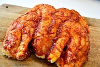 BBQ kylling smøres ind i den hjemmelavede barbecue marinade
