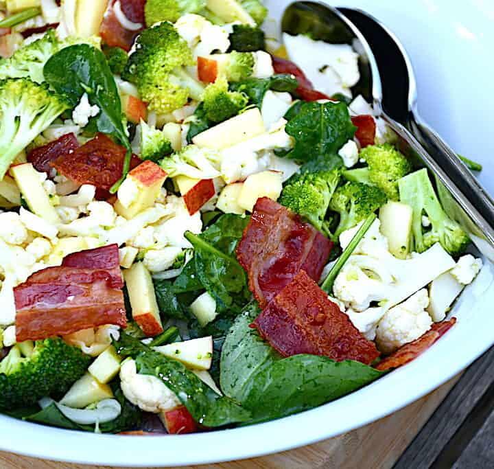 broccoli- og blomkålssalat med æble og spinat