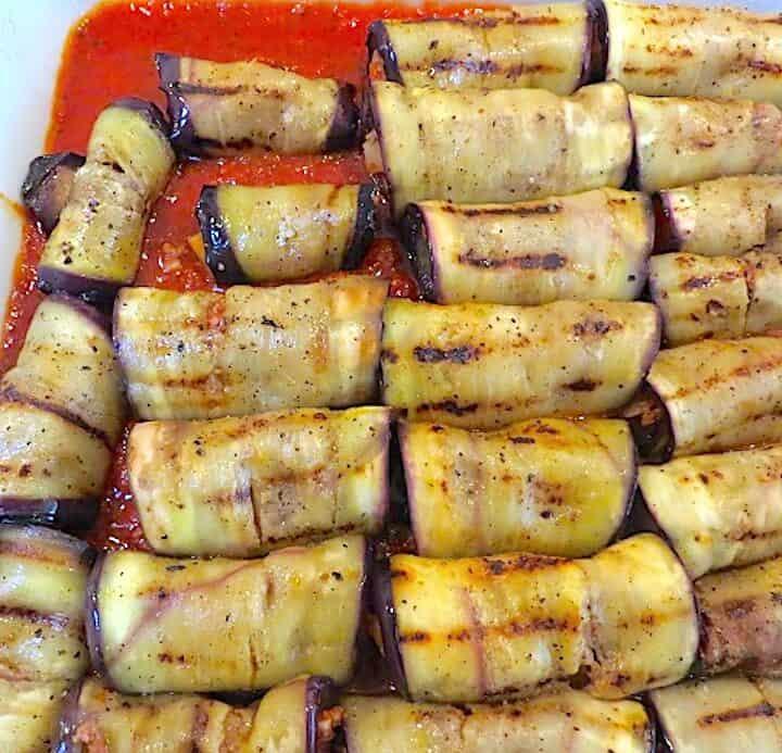 Grillede aubergineruller med oksekødsfyld og béchamelsauce