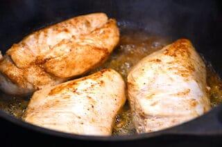 grydestegt kyllingebryst filet brunes af i gryden med lidt smør