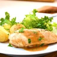 grydestegt kyllingebryst med tilbehør