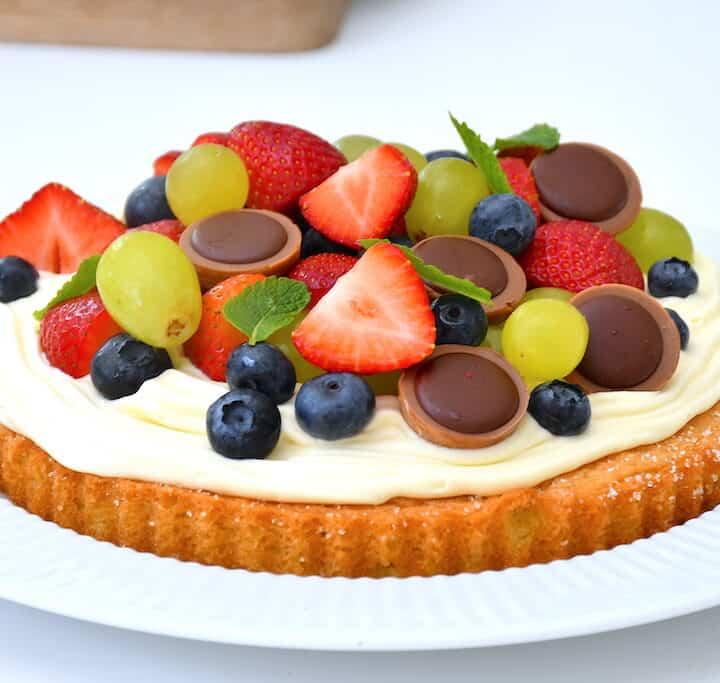 kage med hvid chokolademousse og bær