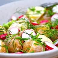 kartoffelsalat med ærter og radiser