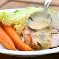Koteletter med estragon, gulerødder og dampet spidskål