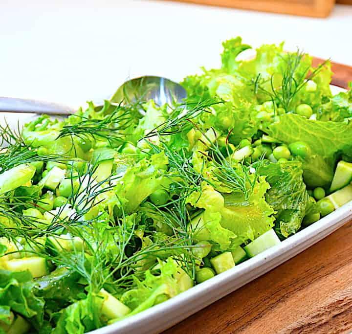 salat med nye ærter og agurk