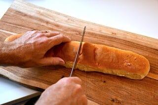 skær de lange brød over i to til de franske hotdogs