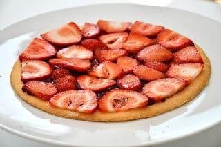 sommerlagkage lægges sammen med hindbærmarmelade og skiver af jordbær