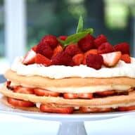 sommerlagkage med hindbær og jordbær