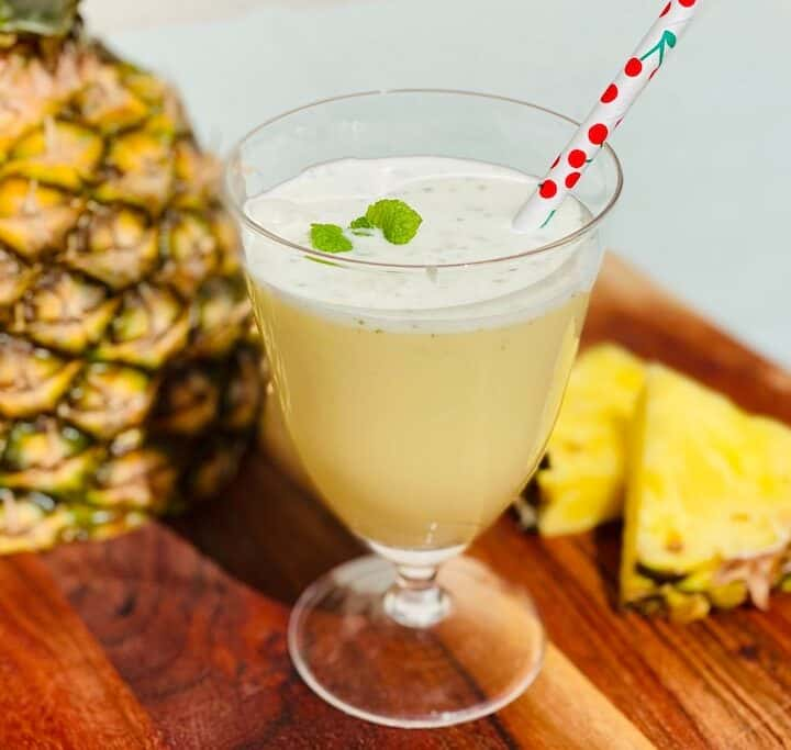 Virgin Pina Colada er en skøn alkoholfri drink du kan lave på ganske få minutter. Den smager frisk af ananas og mynte, mens kokosmælk gør den cremet og lækker. Foto: Charlotte Mithril