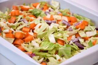 grøntsager fordeles i ildfast fad