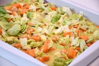 karrysovs vendes sammen med grøntsagerne i fadet