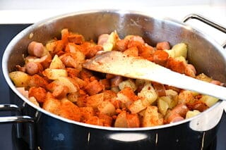 kartofler og paprika tilsættes den svenske pølseret