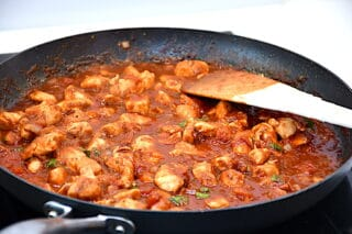 kyllingeinderfilet tilberedes i tomatsauce