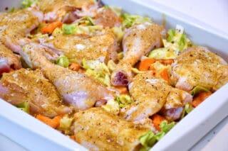 parteret kylling fordeles på spidskål og gulerødder i fadet