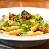 pasta med kantareller, bacon og fløde