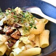 vegansk aftensmad med pasta og svampe