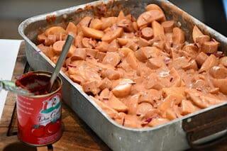 alle ingredienser i fadet vendes godt rundt, så smagsstofferne fordeles jævnt